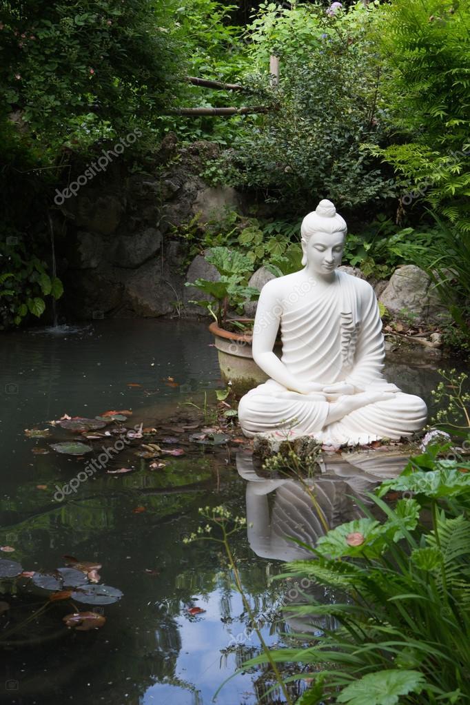 Buddha Statue Im Garten Von Andre Heller Stockfoto C Galindr
