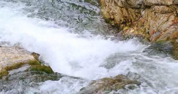 Sheshory vodopády, Ukrajina. Voda tekoucí přes skály