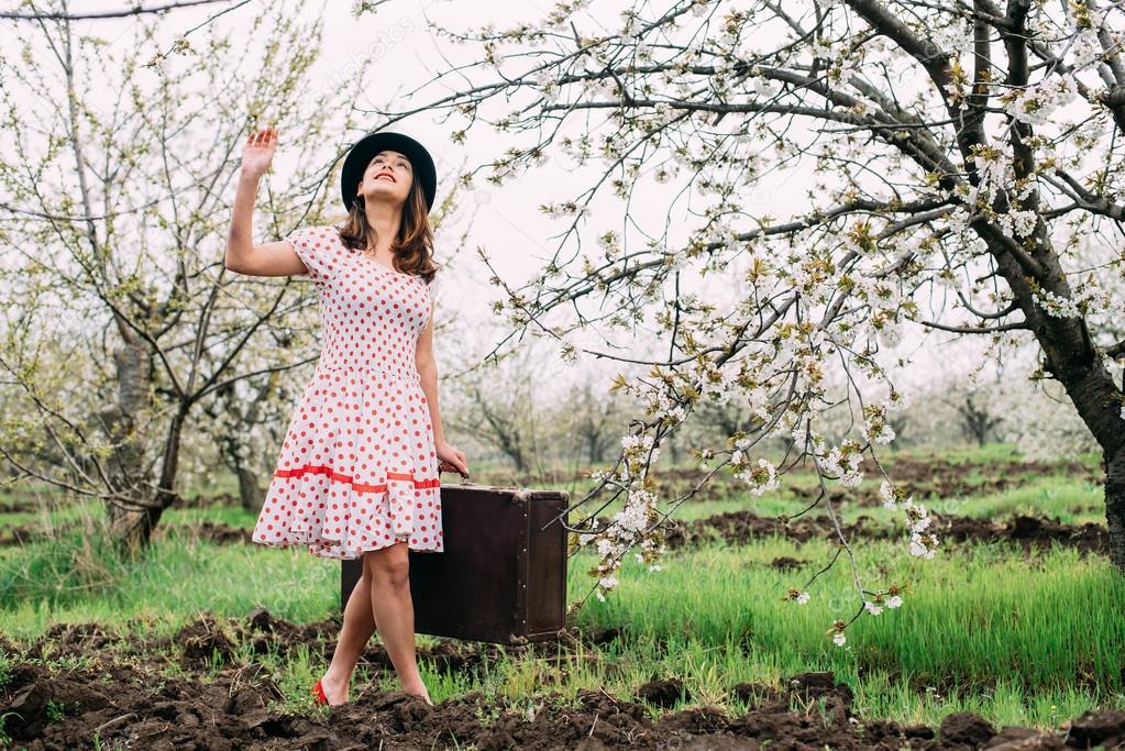 női vintage ruhák a bőrönd — Stock Fotó © kurapatka  106922648 9ec1aee155