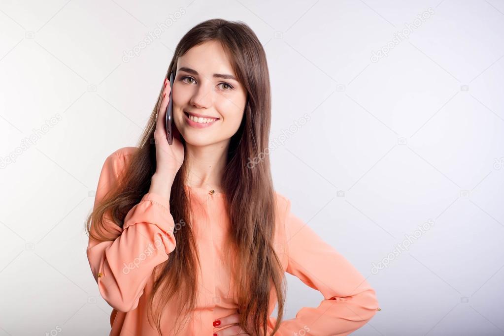 русская девушка говорит по камере сообщим