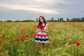 Photo young woman in poppy field