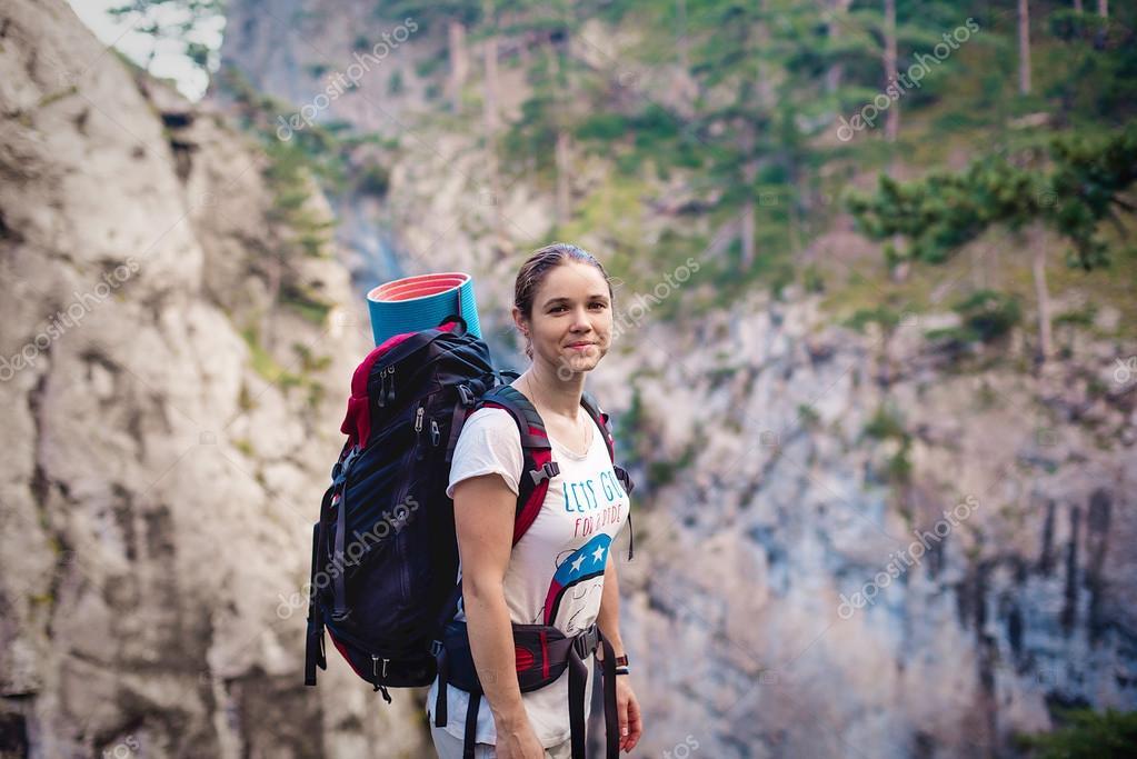 Kaukasiska hiker kvinna på vandring i bergen med ryggsäck leva en hälsosam  aktiv livsstil. Hiker flicka på naturen landskap vandra på Krim– stockbild 9529542652215