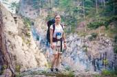 Photo Caucasian hiker woman on trek in mountains with backpack living a healthy active lifestyle. Hiker girl on nature landscape hike in Crimea.