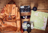 cestovní Výbava - mapa, batoh, vinobraní fotoaparát, sluneční brýle, kompas, pas a peníze