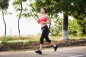 Fotografia Donna corrente. Corridore femminile jogging durante lalba