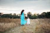 anya és lánya játszik együtt, őszi mező szerető családi szórakozás a szabadban