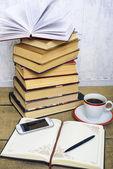 knihy, Poznámkový blok, mobil a šálek kávy na dřevěné pozadí. Koncepce vzdělávání