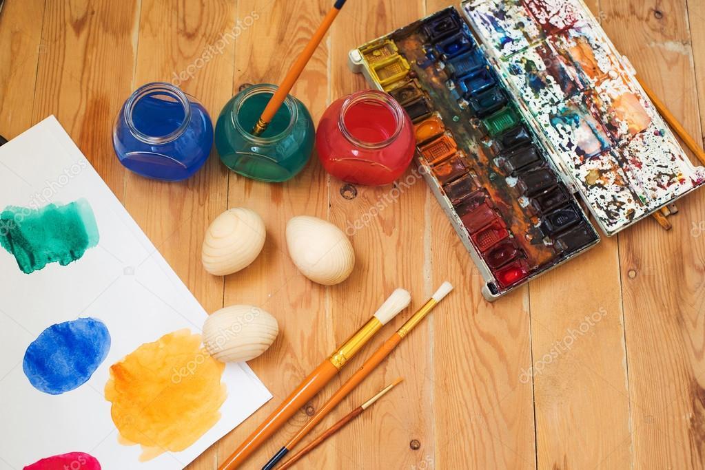 Suluboya Boya Paskalya Yumurtaları Ve Fırçalar Sanatçının Studio