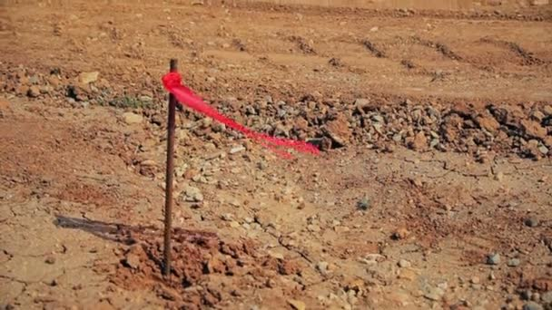 Věšák kovový průzkum s červenou vlajku na staveništi