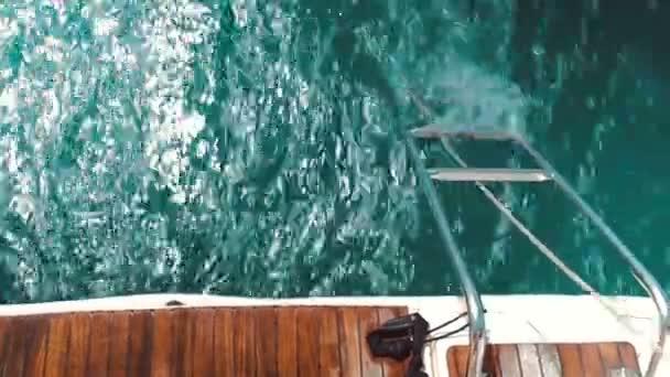 Pohled shora na zádi jachty loď plovoucí na moři