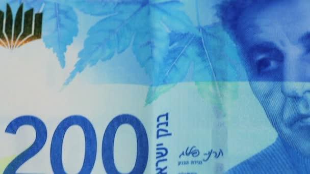 Stapel israelischer Geldscheine im Wert von 200 Schekel - kippen