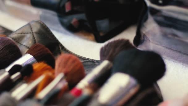 Vértes professzionális kozmetikai smink ecset készlet mozgásban