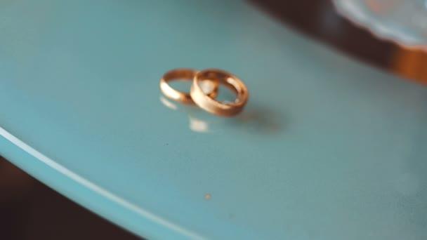 Svatební prstýnek na modrém mramorovém stole