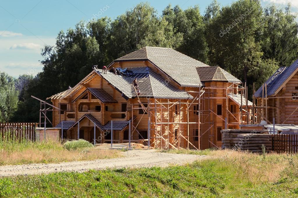 Constructores de cubren el techo de una casa de troncos foto de stock hdmphoto 69305143 - Constructores de casas ...