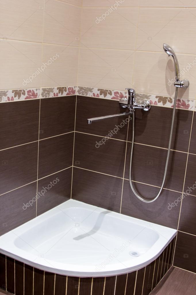 Piatto doccia in bagno rivestito con piastrelle marrone foto stock hdmphoto 84782680 - Piatto doccia piastrelle ...