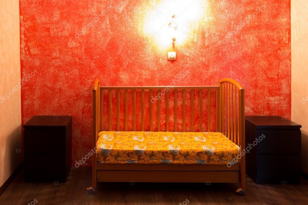 culla in camera da letto a parete rossa — Foto Stock © hdmphoto ...