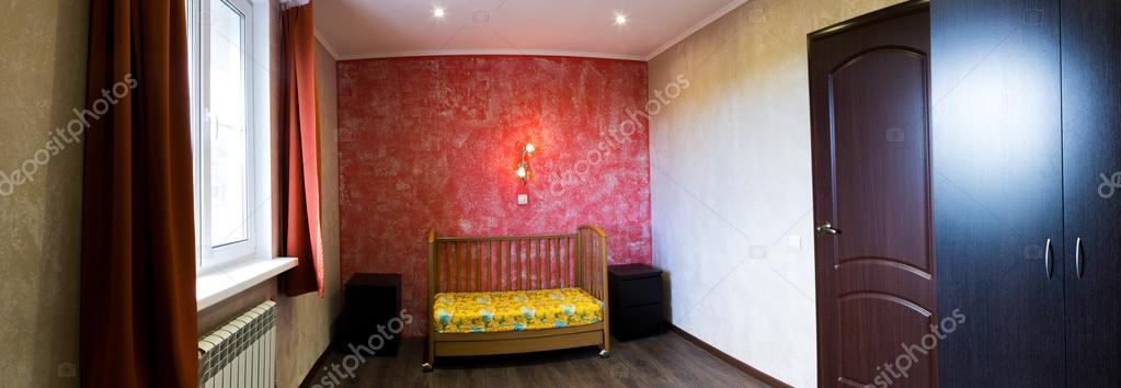 culla in una camera da letto a parete rossa — Foto Stock © hdmphoto ...