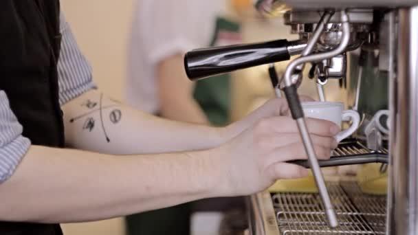 Barista činí dvě espressa v kavárně