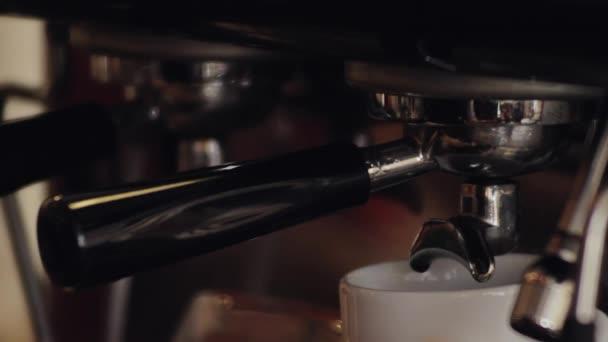 Espreso přípravu cappuccina