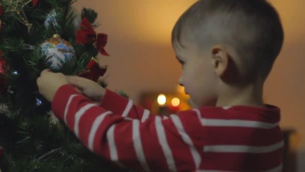 Kleiner Junge und Christbaum