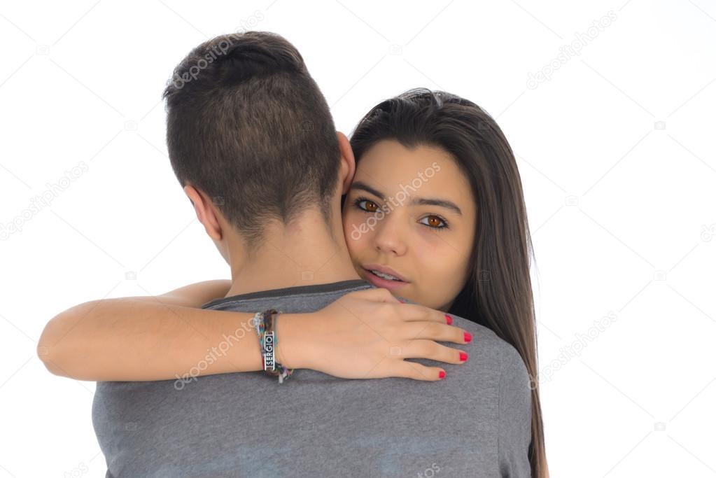 Teenager-Frau umarmt zum ersten Mal den Jungen, den sie