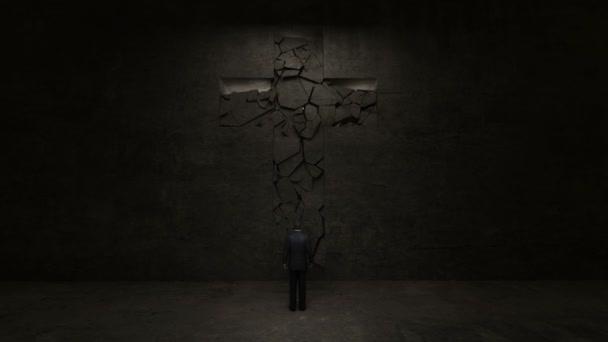 Muž stojící před Svatý kříž na stěně černá.