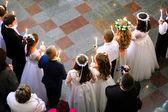 Erste heilige Kommunion in der Kirche, viele Kinder