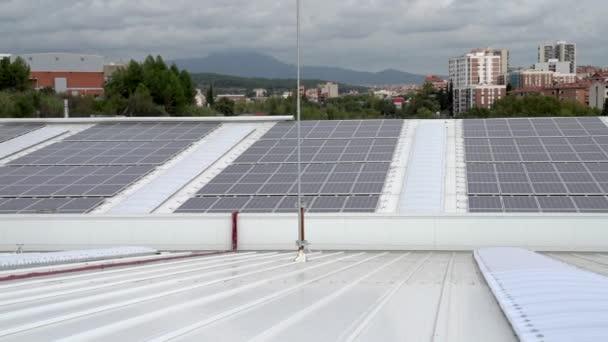 Napelemek egy ipari raktár tetején. Energiahatékonyság a fenntarthatóbb és környezetbarátabb világért.