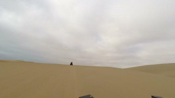 Čtyřkolky přes písečné duny pouště Namib, Namibie