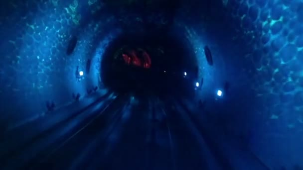 Abstraktní světla a rychlosti pohybu v tunelu metra železnice