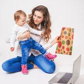 Fényképek Boldog anya és vicces baby véve beszerzés