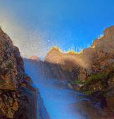 Cascata con la luce solare in montagna, Ala-Archa, Kirghizistan.
