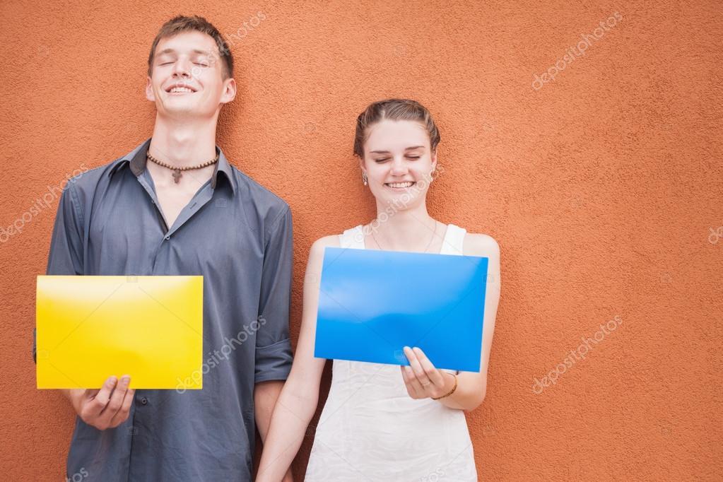 Lustige junge Paar in die Kamera und Rahmen Hintergrund — Stockfoto ...