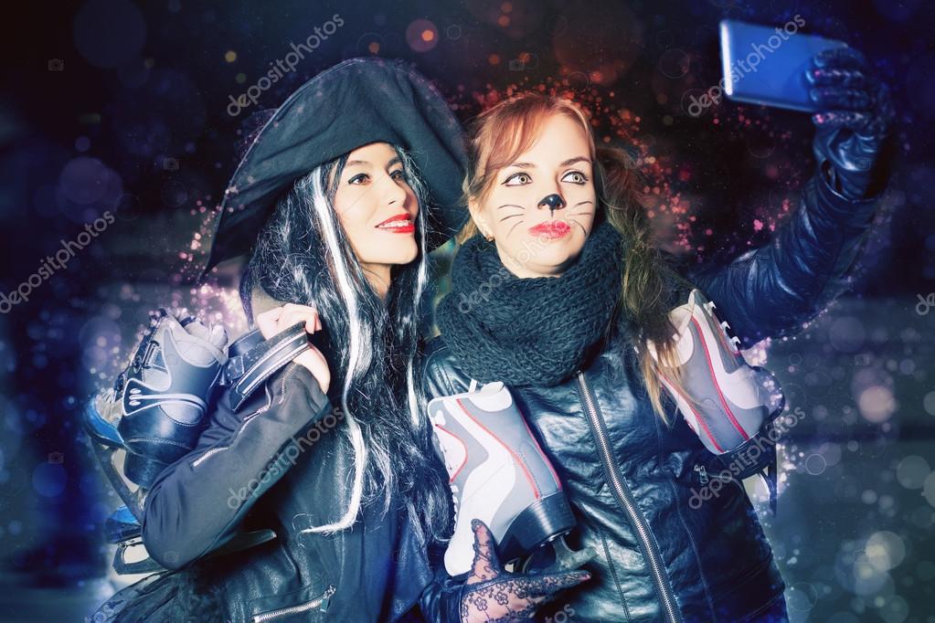 Zwei glückliche Phantasie gekleidete Mädchen machen Selfie auf Handy ...