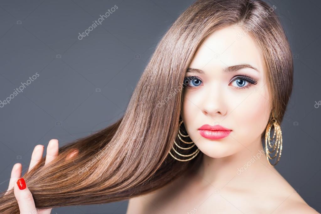 Peinado De Moda Hermosa Mujer Con Pelo Largo Y Recto Foto De