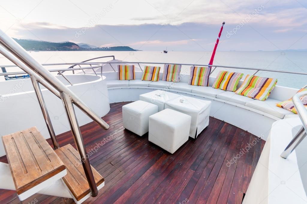 Sgabelli bianchi e sella lunga sul ponte yacht u foto stock