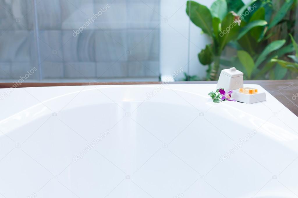 Vasca Da Bagno Semplice : Decorazione semplice vasca da bagno con l orchidea u foto stock