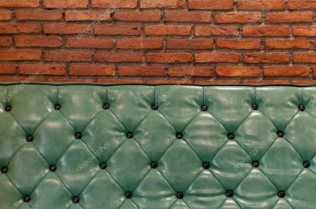 Parete Colorata Dietro Il Divano : Divano retrò verde in un soggiorno con parete di mattoni dietro