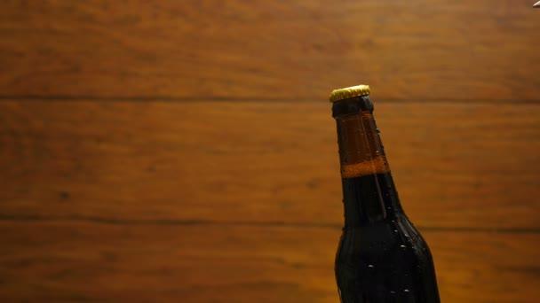 Úvodní studené láhev piva s párou a kapky