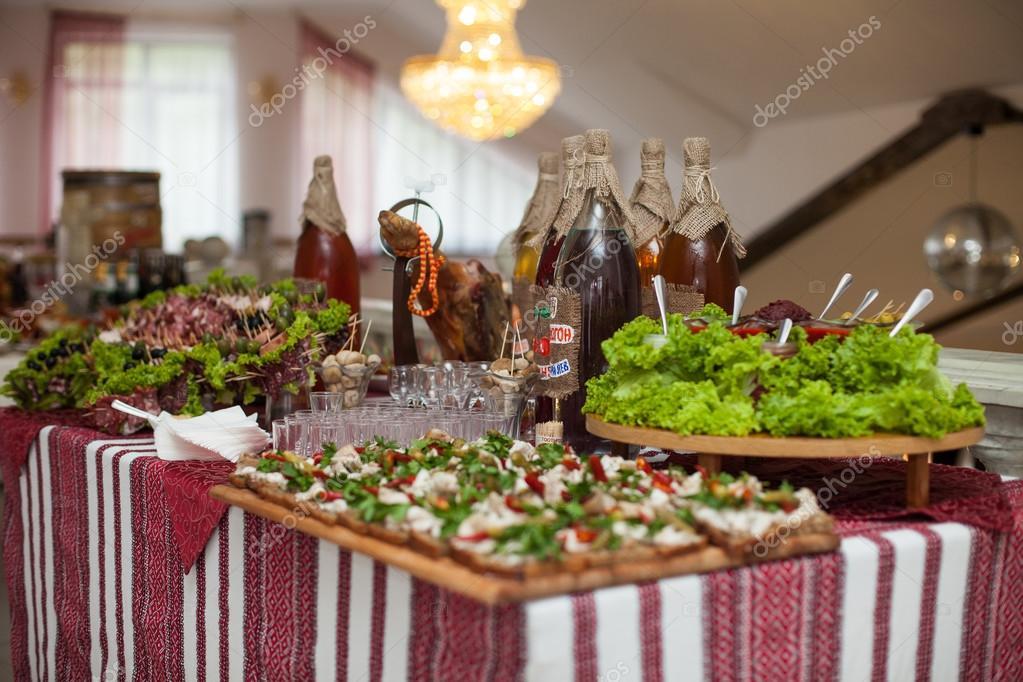 1b9875654932 Traditionella ukrainska Bröllops fest bord — Stockfotografi © ivash ...