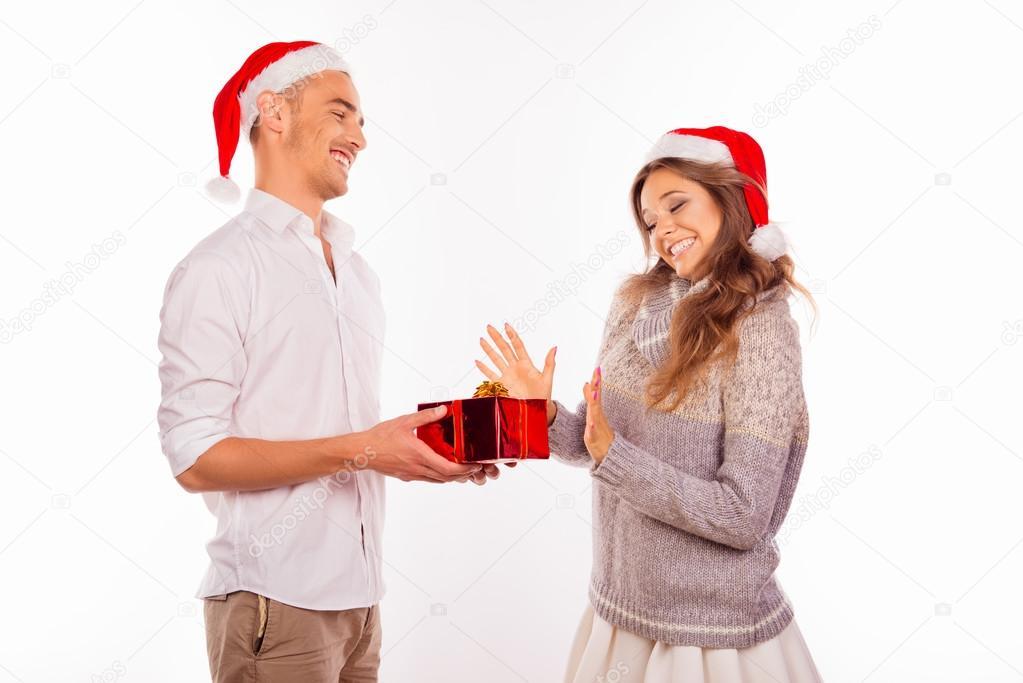 schöner junger Mann geben ein Weihnachtsgeschenk für seine Freundin ...