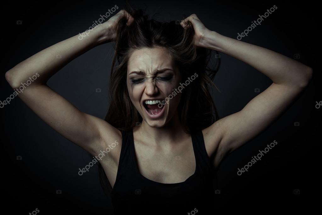 Девчонка орет от боли в жопу