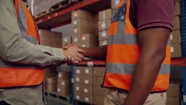 Férfi kollégák kézfogás után, hogy sikeres üzleti üzlet áll mellett parcellák gyári boltban
