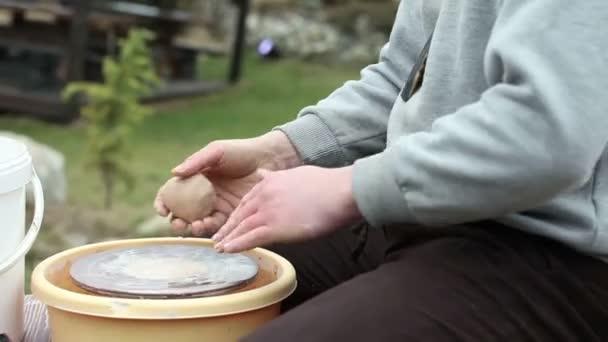 Der Töpfer formt Ton-Geschirr