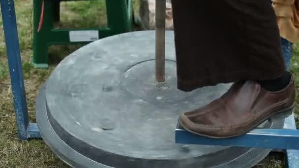 Potter vymodeluje hliněné nádobí
