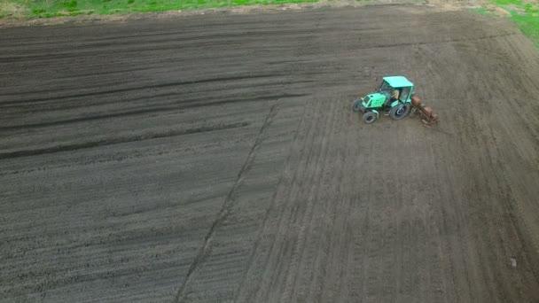 Traktor v oblasti tvorby hnojivo