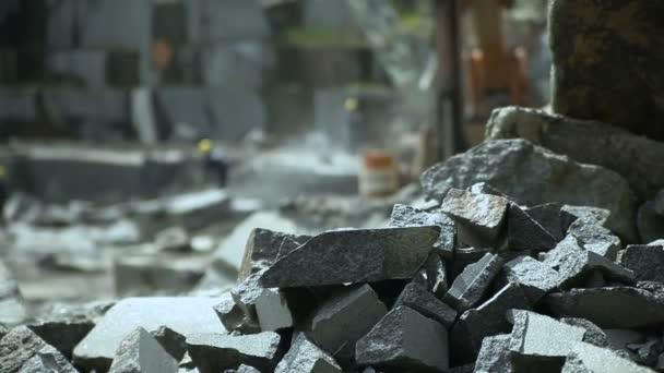 Těžba žuly v kamenolomu