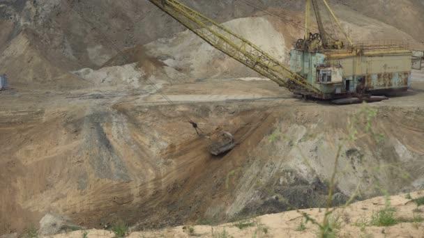 Der Bagger arbeitet in einem Steinbruch