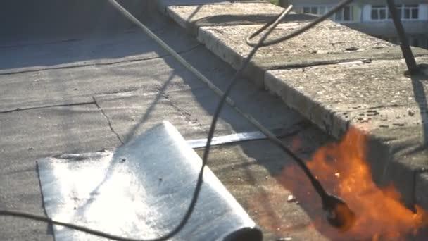 Pokrývač taje asfalt
