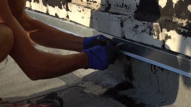 Pracovníkům opravovat střechu domu
